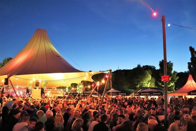 Weinfest_Abendstimmung-mit-Blick-auf-beleuchtetes-Zelt.jpg