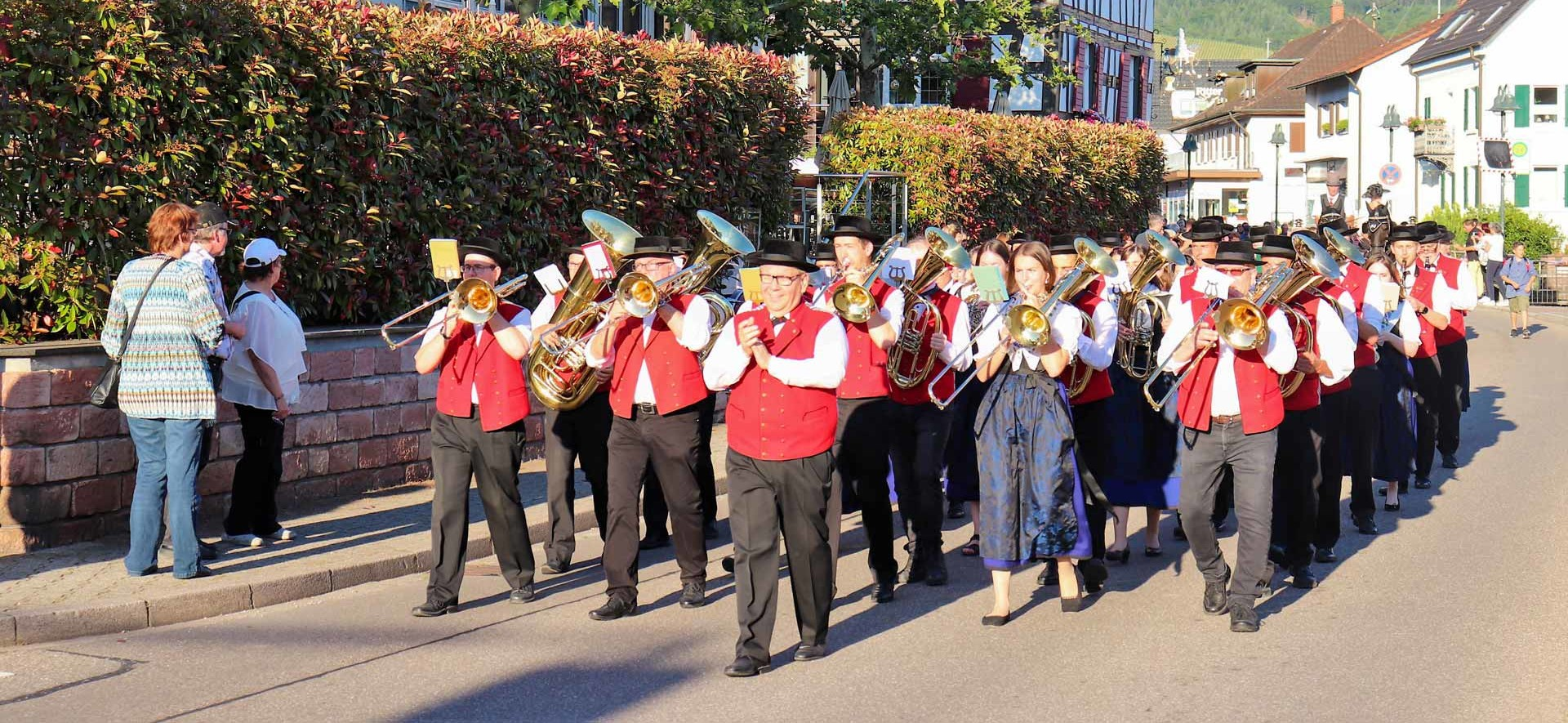 Weinfest_Umzug-Trachtenkapelle-vor-Ritter-mit-klatschendem-Dirigent