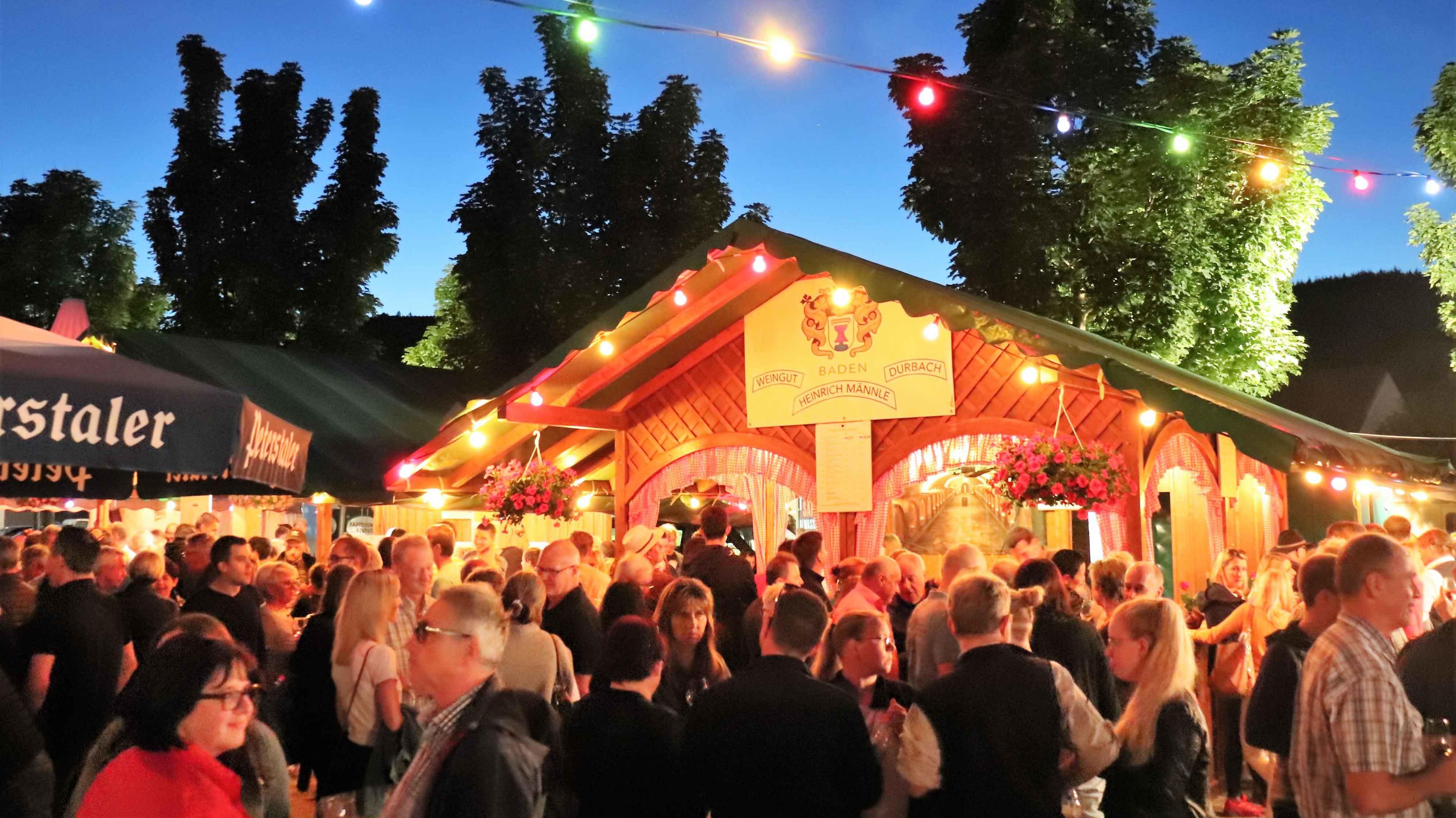Weinfest_Abenstimmung mit beleuchtetem Weinstand Heinrich Männle